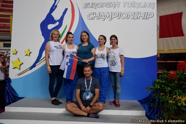 .TMK5E ekipa - zgoraj z desne - Ksenija Deticek, Nusa Deticek, trenerka Nastja Kersic, Eva Mlakar, Mojca Keblic in spodaj Rajko Deticek